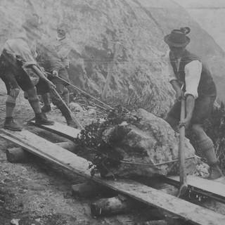 Bau des Karwendelhauses, 1906. Ein Stein wir abtransportiert. Archiv des DAV, München