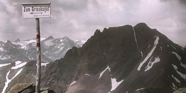 Wegtafel zum Grieskogel in den Stubaier Alpen, um 1910, Archiv des DAV, München