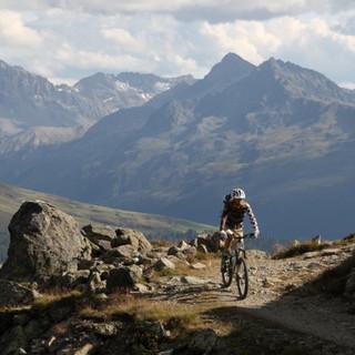 Mountainbiker vor Panorama