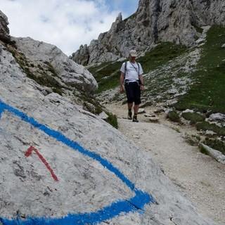 """""""Rote 1 in blauem Dreieck"""" – auf die Markierung des Dolomiten-Höhenwegs 1 trifft man häufig in den Bergen Bellunos. Foto: Joachim Chwaszcza"""