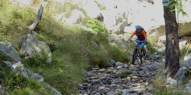 Tag 12: Nach Col de Salèse geht's über Stock und Stein auf einem legalen Karrenweg.