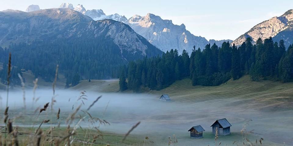 Nebelschwaden unterhalb des sagenhaften Fanes-Reiches: im Naturpark Fanes-Sennes-Prags. Foto: Thorsten Brönner