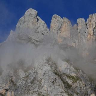 Um 1000 Höhenmeter überragt die Peña Remoña die Wiesen von Fuente Dé. Foto: Antes & Antes