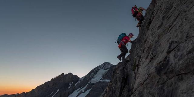 Zackig steil geht's zur Sache, schon im Morgengrauen – am Galletgrat zum Doldenhorn. Foto: Ralf Gantzhorn