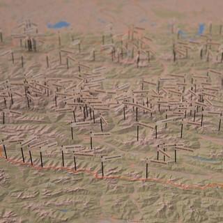 500 AV-Hütten in den Alpen! 500 Fähnchen auf einer Alpenkarte zeigen in der Ausstellung das Hüttennetz der Alpenvereine. Foto: Sabine Wimmer