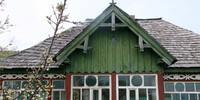 In vielen Bergdörfern stehen noch alte Holzbauernhäuser. Foto: Win Schumacher, weltwege.de