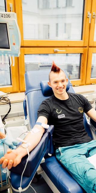 DAV-Spitzenkletterer Sebastian Halenke beim Blutspenden. Foto: Blutspendedienst Bayern.