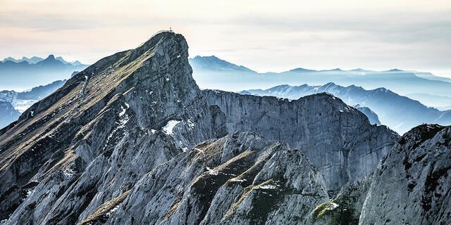 August: Herbststimmung am Pilatus. Im Vordergrund das Taulishorn (2128 m), im Hintergrund die Berner Alpen, Foto: Thomas Senf