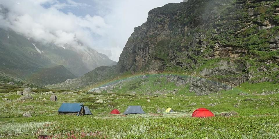 Ein Regenbogen über dem Basislager im Manala-Tal. Foto: @davexpedkaderfrauen