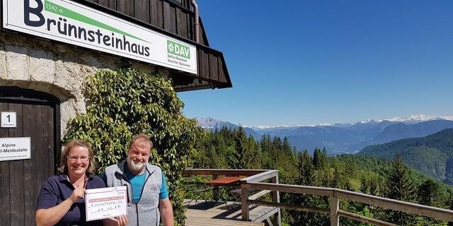 Die Wirtsleut Yvonne und Sepp vom Brünnsteinhaus auf 1.342 Metern unterstützen #missingtype und wollen Aufmerksamkeit für dieses wichtige Thema schaffen. Foto: Yvonne Tremml