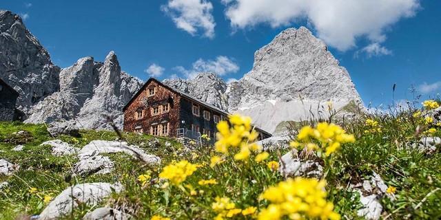 Steil pfeift die Lamsenspitze über ihrer Hütte in den blauen Sommerhimmel. Foto: Heinz Zak