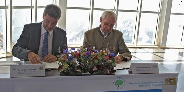 Dr. Markus Söder und Ludwig Wucherpfennig bei der Unterzeichnung auf der Zugspitze