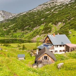 Totes Gebirge: Abschied von der Pühringer Hütte, Abschied von Wiesen und Wasser: Jetzt geht es hinauf in die Karstwüste. Foto: Iris Kürschner