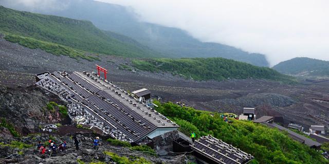 Viele Hütten und schwarze Lava-Asche bestimmen den Weg auf den Fuji. Foto: Norbert Eisele-Hein
