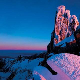 Januar: Von den letzten Sonnenstrahlen beschienen: Cerro Torre (links) und Torre Egger (rechts). Foto: Thomas Senf