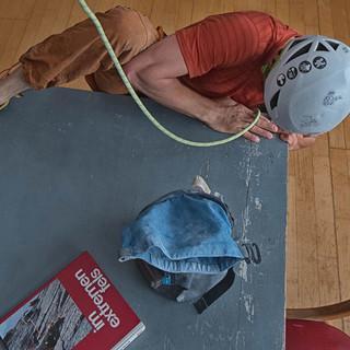 Lukas beim Tischbouldern, Foto: JDAV/Lukas Amm