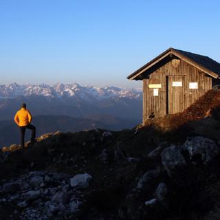 Die Gipfelhütte der Benediktenwand dürfte am Freitag etwas Neuschnee abbekommen. Foto: DAV/Michael Pröttel