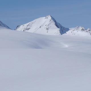 Am Fluchtkogel - Eine ruhige Kugel schieben die Weißraum-Sucher am Fluchtkogel, mit Blick zur Weißkugel.