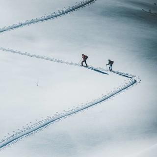 Wer sich im Winter im freien Gelände bewegt, sollte über Lawinen Bescheid wissen. Foto: DAV/Daniel Hug