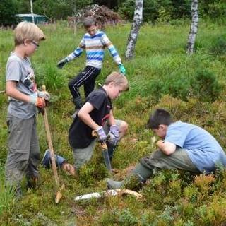 Jungs beim Renaturieren des Moores. Foto: JDAV/Johannes Branke
