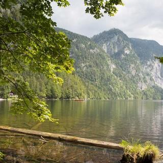 Totes Gebirge: Vor dem Start in die Märchenwelt noch eine Portion Romantik inhalieren: am Toplitzsee. Foto: Iris Kürschner