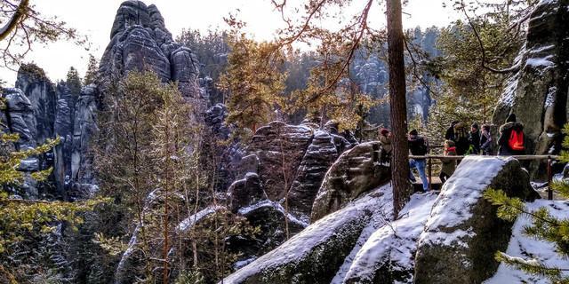 Auch die Felsen von Adersbach wirken mit der Kontrastfarbe Weiß noch wilder. Foto: Swen Geißler