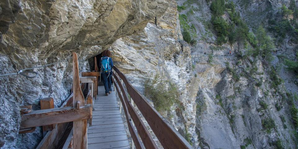 Schwindelerregend: der im Fels verankerte Holzsteg und Wasserkanal auf der Ancien Bisse de Saviese. Foto: Bernd Jung