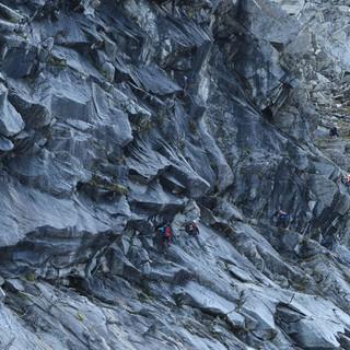 Teile des Klettersteigs in die Gamsscharte verlaufen unter einem Überhang. Foto: Stefan Herbke
