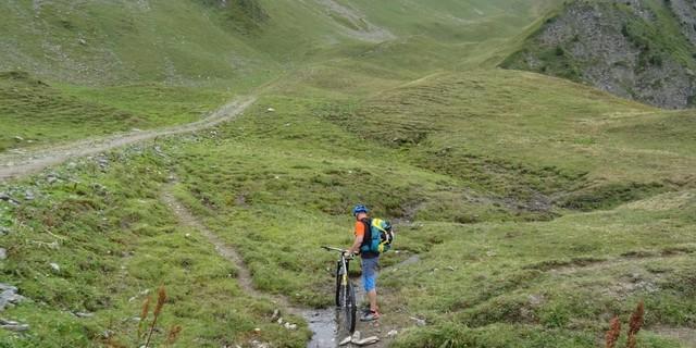 Tag 5: Nachdem wir uns sehr steil durchs Skigebiet La Plagne hochgekämpft haben, geht es die letzten Höhenmeter zum Pas de Brébis nur noch zu Fuß weiter.