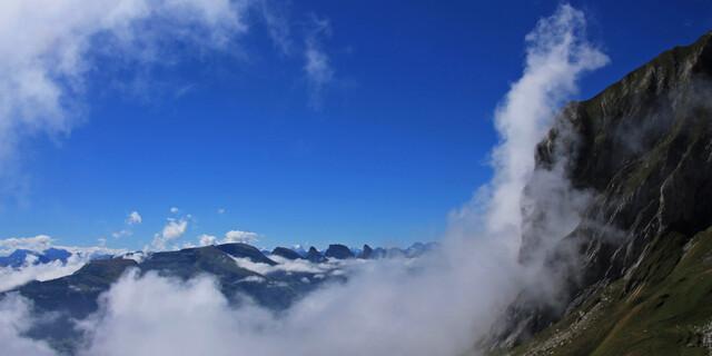 Besser als Kino: Wolkenfetzen aus dem Toggenburg brodeln zwischen Churfirsten und Alpstein. Über allem thront im Hintergrund der Tödi. Foto: Silvia Schmid