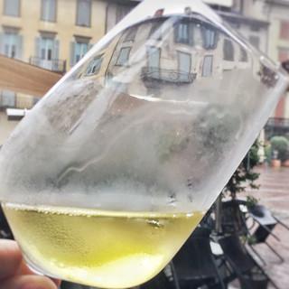 Ein Gläschen vom guten regionalen Weiswein tröstet über einen verregneten Tag hinweg. Foto: Joachim Chwaszcza