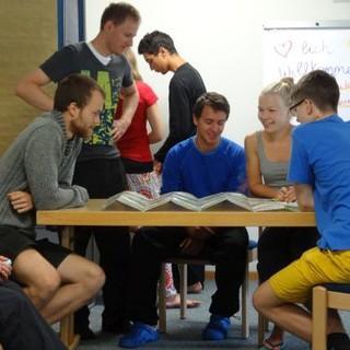 Eine Gruppe Jugendleiter*innen bereitet gemeinsam an einem Tisch Methoden vor. Foto: JDAV/ Lena Behrendes