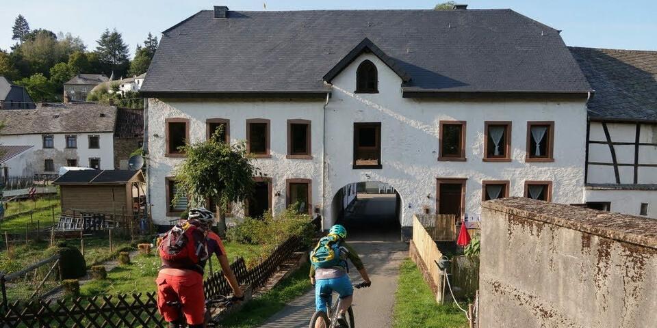 Etappenziel in Burg-Reuland ist erreicht. Foto: Traian Grigorian