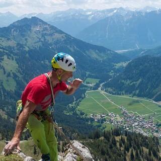 Der Berg ruft. Manchmal ist es auch nur der Vorsteiger, der seine Seilkommandos übers Tannheimer Tal schreit. Foto: Christian Pfanzelt