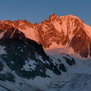 Aiguille d'Argentière - Eine Welt zum Spielen. Die Ost- und Nordwand der Aiguille d'Argentière im Morgenlicht.