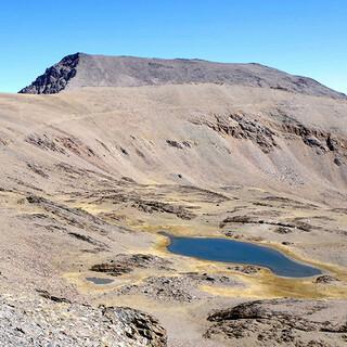 Rückblick: Vom Veleta aus zeigt der Mulhacen seinen harmlosen Normalweg. Foto: Josef Schlegel