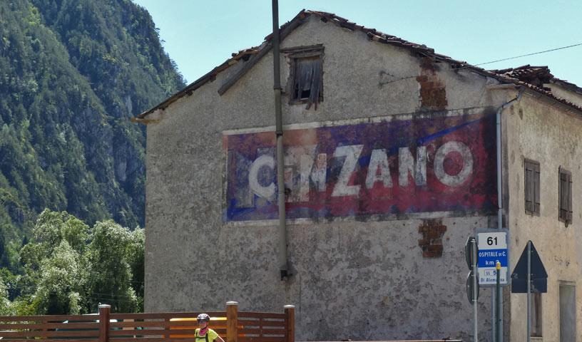 Sanierungsbedürftig - Die Häuser der Süd-Dolomiten sind nicht immer frisch, die Radwege aber ok.