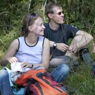 Pause vom Arbeiten - Die Gruppe während einer Arbeitspause im Wald.
