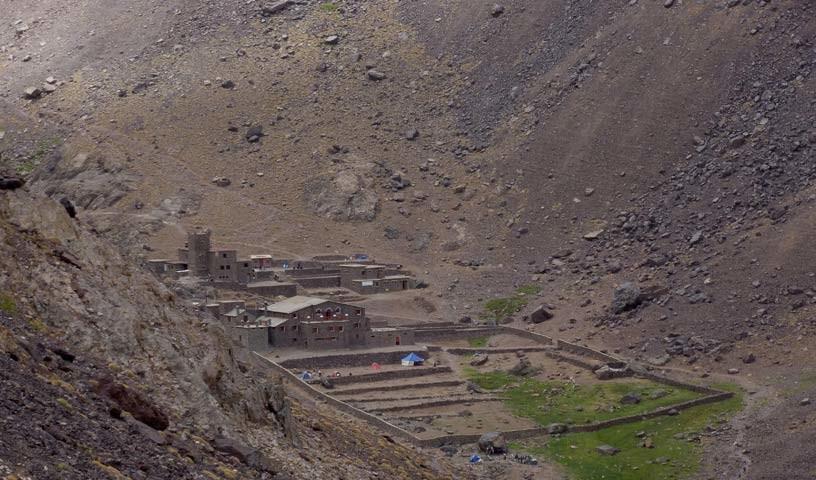 """Berghütten - Wo Überleben erkämpft werden muss: die """"Toubkal-Hütte"""" des CAF (hinten) und die Mouflon-Hütte,sind der Wüste abgetrotzt."""