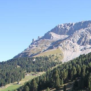 Val di Fiemme-2©Traian Grigorian - Beschauliche Pause an einem Bildstock am Reiterjoch vor Latemar-Panorama.     Foto: Traian Grigorian