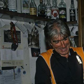 Rifugio Lissone - 6. Etappe: Domenico Ferri, der Hüttenwirt des Rifugio Lissone, bereitet einen wärmenden Cappuccino zu. Der Bergführer schafft eine angenehme, gemütliche Atmosphäre in dem großen Zweckbau.