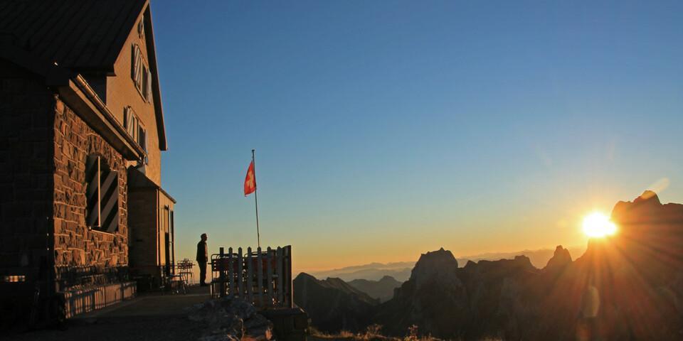 Goldener Morgen am Rotsteinpass. Nur noch kurz steht der Altmann der Sonne etwas im Weg. Foto: Silvia Schmid