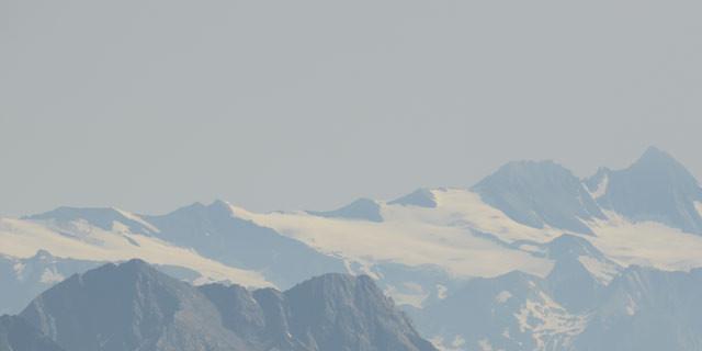 Blick zum Großglockner - Perspektive: Vom Almerhorn aus erscheint der Großglockner fast in Reichweite; rechts im Profil der Stüdlgrat.