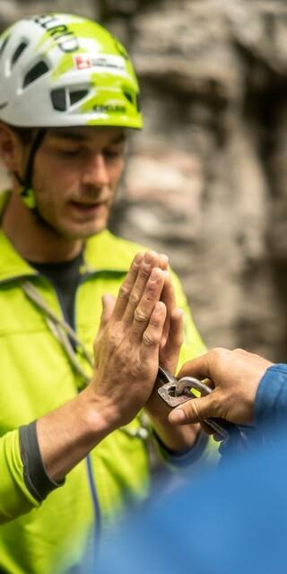 Aber wie kommt der Haken in den Fels? Ausbilder Fritz Miller erklärt die Basics. Foto: DAV / Silvan Metz