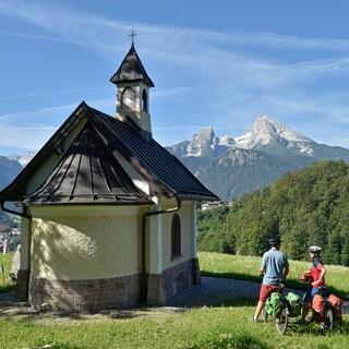 Zur Kirchleitnkapelle führt ein steiles Sträßchen. Zur Entschädigung gibt es einen lohnenden Blick über Berchtesgaden auf den Watzmann