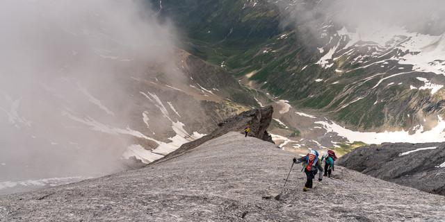 Jetzt ist es nicht mehr weit zum Gipfel am Tödi Südwestgrat – dafür liegt der Talboden tief unten. Foto: Ralf Gantzhorn