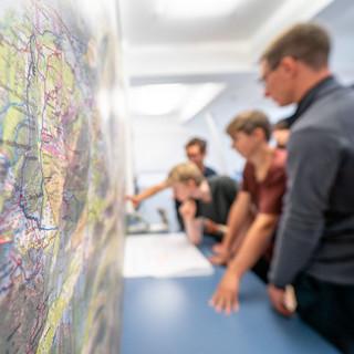 Jugendliche beim Planen und Organisieren, Foto: JDAV/Silvan Metz