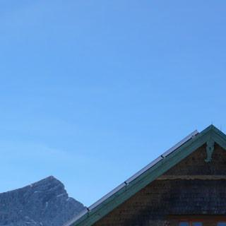 Ecken und Spitzen wohin man schaut: das Kreuzeckhaus vor Alp- und Zugspitze