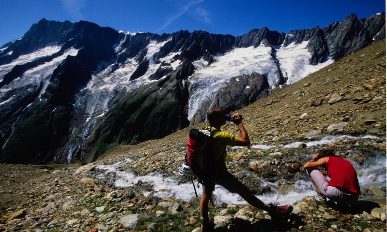 Trinkpause am Gebirgsbach, Göschener Tal, Urner Alpen, Schweiz