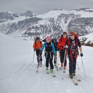Skitourengruppe unterwegs im Gelände. Foto: Archiv JDAV
